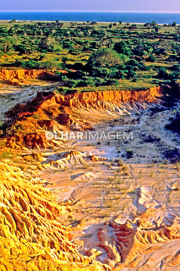 Paisagem do relevo africano em Angola. 1991. Foto de Ricardo Azoury.