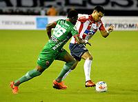 BARRANQUILLA - COLOMBIA - 11 - 10 - 2017: Teofilo Gutierrez (Der.) jugador de Atletico Junior disputa el balón con Oscar Cabezas (Izq.) jugador de Patriotas F. C., durante partido de vuelta entre Atletico Junior y Patriotas F. C., por la semifinal de la Copa Aguila 2017,  jugado en el estadio Metropolitano Roberto Melendez de la ciudad de Barranquilla. / Teofilo Gutierrez (R) player of Atletico Junior vies for the ball with Oscar Cabezas (L) player of Patriotas F. C., during a match for the second leg between Atletico Junior and Patriotas F. C., for the semifinal of the Copa Aguila 2017 at the Metropolitano Roberto Melendez Stadium in Barranquilla city, Photo: VizzorImage  / Alfonso Cervantes / Cont.
