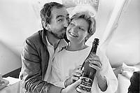 """1985, Hilversum, Dutch Open, Melkhuisje, Harry Vermeegen geeft een kus en een fles champagne aan de dagwinnaar van de """"Games of te Games"""""""