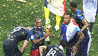 MOSCU - RUSIA, 15-07-2018: Djibril SIDIBE jugador de Francia levanta el trofeo para celebrar como campeón del mundo después del partido por la final entre Francia y Croacia de la Copa Mundial de la FIFA Rusia 2018 jugado en el estadio Luzhnikí en Moscú, Rusia. / Djibril SIDIBE player of France lifts the trophy to celebrate as world champion after the match between France and Croatia of the final for the FIFA World Cup Russia 2018 played at Luzhniki Stadium in Moscow, Russia. Photo: VizzorImage / Cristian Alvarez / Cont