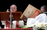 Papa Francesco impartisce la Benedizione Urbi et Orbi dalla loggia centrale della Basilica di San Pietro in occasione della Domenica di Pasqua, Citta' del Vaticano, 31 marzo 2013..Pope Francis delivers the Urbi et Orbi blessing from the central balcony of St. Peter's Basilica, in occasion of the Easter Sunday, Vatican, 31 March 2013..UPDATE IMAGES PRESS/Riccardo De Luca..STRICTLY ONLY FOR EDITORIAL USE
