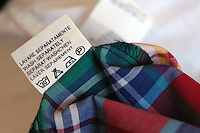 Etichette sui capi di abbigliamento che indicano il materiale e la provenienza..Labels on clothing that indicate the material and origin....