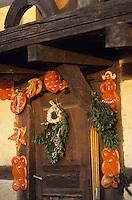 Europe/France/Alsace/68/Haut-Rhin/Ungersheim: Ecomusée d'Alsace décoration de Noël des portes des fermes  avec des pains d'épice
