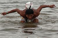 XI Jogos indígenas.<br /> Índio Xavante brinca com a bola no rio Tocantins durante intervalo dos jogos.<br /> Porto Nacional, Tocantins, Brasil.<br /> Foto Paulo Santos.<br /> 07/11/2011.