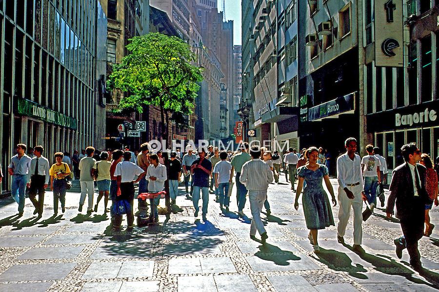 Pedestres no centro bancário da Rua XV de Novembro em São Paulo. 1997. Foto de Juca Martins.