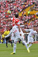 BOGOTÁ -COLOMBIA, 04-05-2014. Jose de la Cuesta (Izq) de La Independiente Santa Fe disputa el balón con Jose Izquierdo (Der) de Once Caldas  durante partido de vuelta por los cuartos de final de la Liga Postobón I 2014 jugado en el estadio Nemesio Camacho El Campin de la ciudad de Bogotá./ Independiente Santa Fe Player Jose de la Cuesta (L) fights for the ball with Once Caldas player Jose Izquierdo (R) during second leg match for the quarter finals of the Postobon League I 2014 played at Nemesio Camacho El Campin stadium in Bogotá city. Photo: VizzorImage/ Diana Sánchez / Str