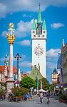 Deutschland, Niederbayern, Straubing: Theresienplatz mit Stadtturm und Dreifaltigkeitssaeule, im Hintergrund der Wasserturm | Germany, Lower Bavaria, Straubing: Theresien Square with City Tower and Trinity Column, background water tower