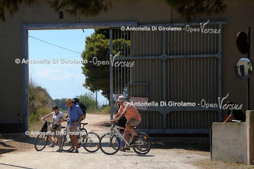 Turisti durante la visita guidata in bicicletta,davanti l'ingrsso del carcere. Tourists during the tour by bicycle..