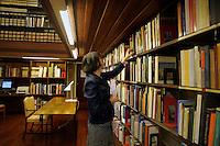 La biblioteca dell' accademia di Danimarca..The library of the Academy of Denmark.La bibliotecaria Adelaide Zocchi.
