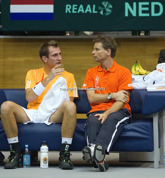 04-03-11, Tennis, Oekraine, Kharkov, Daviscup, Oekraine - Netherlands, Thiemo de Bakker   en captain Jan Siemerink tijdens de wissel
