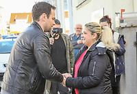 """Gewinnerin Teresa Piervenanzi-Ligorio (r.) mit Moderator Daniel Fischer (l.), Tochter Louiza filmt mit dem Handy - Weiterstadt 06.03.2019: FFH verschenkt im Rahmen der Aktion """"Jeden Tag ein Auto"""" ein Fahrzeug"""