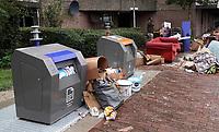 Nederland - Amsterdam- 2020.   Kattenburg. Grofvuil bij de ondergrondse containers.  Op steeds meer plaatsen in Nederland staat het gebied rond afvalcontainers vol met afval en grofvuil.    Foto ANP / HH / Berlinda van Dam