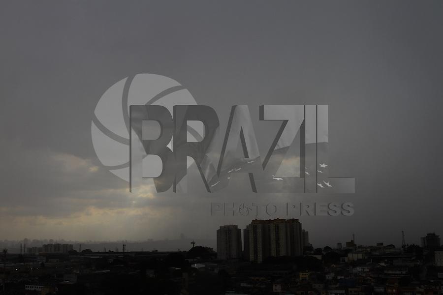 GUARULHOS, SP, 22-01-2014 - CLIMA - TEMPO -  Céu encoberto de nuvens carregadas na cidade de Guarulhos, grande São Paulo, no início da tarde desta quarta-feira, 22 (Foto: Geovani Velasquez / Brazil Photo Press)