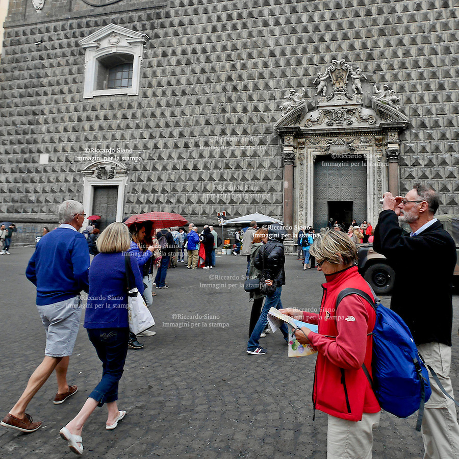 - NAPOLI 19 APR  2014 -  Pasqua, turisi piazza del Gesù