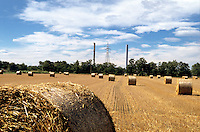 "Milano, località di Figino, periferia nord - ovest. Balle di fieno in un campo del Parco Agricolo Sud e sullo sfondo le ciminiere del termovalorizzatore ""Silla 2"" dell'Amsa --- Milan, locality of Figino, north - west periphery. Hay bales in a field of the Rural Park South and on the background the chimneys of the incinerator and waste to energy plant ""Silla 2"""