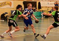 HBC Izegem -  Desselgemse Handbal : Karel Vangroenweghe (midden) aan de bal voor Izegem voor de verdedigende Michiel Beke (8) <br /> foto VDB / BART VANDENBROUCKE