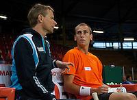 04-05-10, Zoetermeer, SilverDome, Tennis, Training Davis Cup, Captain Jan Siemerink(L) in overleg met kopman Thiemo de Bakker