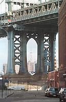 Das Empire State Building in Manhattan, gesehen durch die Manhattan Bridge.<br /> New York City, 1.1.1999<br /> Copyright: Christian-Ditsch.de<br /> [Inhaltsveraendernde Manipulation des Fotos nur nach ausdruecklicher Genehmigung des Fotografen. Vereinbarungen ueber Abtretung von Persoenlichkeitsrechten/Model Release der abgebildeten Person/Personen liegen nicht vor. NO MODEL RELEASE! Don't publish without copyright Christian-Ditsch.de, Veroeffentlichung nur mit Fotografennennung, sowie gegen Honorar, MwSt. und Beleg. Konto:, I N G - D i B a, IBAN DE58500105175400192269, BIC INGDDEFFXXX, Kontakt: post@christian-ditsch.de]