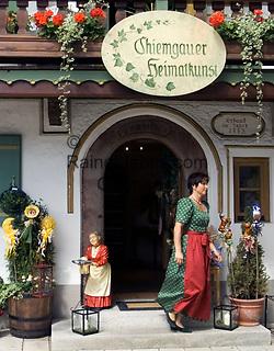 Deutschland, Bayern, Oberbayern, Chiemgau, Ruhpolding: Chiemgauer Heimatkunst, Andenken, Geschenkartikel   Germany, Bavaria, Upper Bavaria, Chiemgau, Ruhpolding: traditional art, souvenirshop, gifts