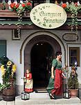 Deutschland, Bayern, Oberbayern, Chiemgau, Ruhpolding: Chiemgauer Heimatkunst, Andenken, Geschenkartikel | Germany, Bavaria, Upper Bavaria, Chiemgau, Ruhpolding: traditional art, souvenirshop, gifts