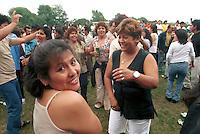 - South American immigrates of Milan (above all Peruvian and Bolivian) meet every Sunday in a park (said Park of the Roses) to the periphery south of Milan, in order to dance, to listen music, to soccer play and drink<br /> <br /> - gli immigrati sudamericani di Milano (soprattutto peruviani e boliviani) si trovano ogni domenica in un parco (detto Parco delle Rose) alla periferia sud di Milano, per ballare, ascoltare musica, giocare a calcio e bere