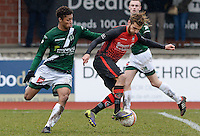 KFC Izegem - Torhout KM : Sofiane Oumedjeber (r) aan de bal voor Darren Steur (links)<br /> Foto David Catry | VDB | Bart Vandenbroucke
