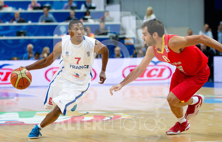 11.09.2011, Vilnius Arena, Vilnius, LTU, FIBA EuroBasket 2011, Frankreich vs Spanien, im Bild Andrew Albicy of France vs Jose Calderon of Spain during basketball game between National basketball teams of France and Spain at FIBA Europe Eurobasket Lithuania 2011, on September 11, 2011, in Siemens Arena,  Vilnius, Lithuania. EXPA Pictures © 2011, PhotoCredit: EXPA/ Sportida/ Vid Ponikvar +++++ ATTENTION - OUT OF SLOWENIA  +++++