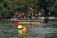 Boot der FFW Hofheim hat den Dummy ausgesetzt und beobachtet die Übung - Ginsheim-Gustavsburg 18.09.2021: Bootsführerausbildung des Katastrophenschutz MTK