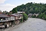 Wohnhäuser am Rioni-Fluss in Kutaissi. / Apartment Houses nearby Rioni river in Kutaisi.
