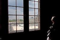 Parigi, museo del Louvre la piramide di Pei vista da una finestra interna