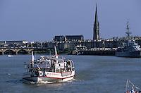 Europe/France/Aquitaine/33/Gironde/Bordeaux: Navigation sur la Garonne - Le pont de Pierre et la Basilique Saint-Michel lors de la fête du fleuve - A droite, le cuirassé Le Colbert