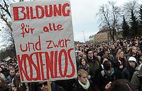 Studentenproteste gegen Zustand und Form des Deutschen Bildungssystems an den Hochschulen und Universitäten. Foto: Norman Rembarz....Norman Rembarz , ( ASV-Autorennummer 41043728 ), Holbeinstr. 14, 04229 Leipzig, Tel.: 01794887569, Hypovereinsbank: BLZ: 86020086, KN: 357889472, St.Nr.: 231/261/06432 - Jegliche kommerzielle Nutzung ist honorar- und mehrwertsteuerpflichtig! Persönlichkeitsrechte sind zu wahren. Es wird keine Haftung übernommen bei Verletzung von Rechten Dritter. Autoren-Nennung gem. §13 UrhGes. wird verlangt. Weitergabe an Dritte nur nach  vorheriger Absprache...GPS:  Länge - E12°22.020' .            Breite - N51°20.079'