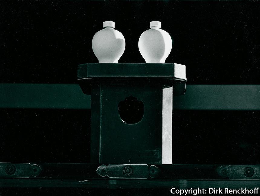 Sake-Flaschen im Fushimi-Inari-Schrein in Kyoto, Japan