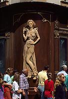 Tschechien, Prag,  Figur an Geschaeft in der Karlova, Unesco-Weltkulturerbe