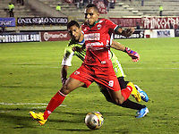 TUNJA -COLOMBIA, 11-04-2015: xxx (Izq) jugador de  Patriotas FC disputa el balón con xxx (Der) jugador de Uniautonoma durante partido por la fecha 15 de La Liga Aguila I 2015 jugado en el estadio La Independencia de la ciudad de Tunja. / xxx (L) player of Patriotas FC vies for the ball with xxx (R) player of Uniautonoma during the match for the 15th date of La Liga Aguila I 2015 played at La Independence stadium in Tunja. Photo: VizzorImage / Cesar Melgarejo  / Cont