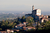 Il santuario del Sacro Monte e Torricella Verzate, paese in provincia di Pavia. Sullo sfondo, le Alpi e la Pianura Padana --- The sanctuary of Sacro Monte and Torricella Verzate, small village in the province of Pavia. On the background: the Alps and the Padan Plain
