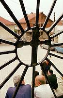 Blick durch das Tor der Kirche in der serbischen Enklave in Orahovac.<br /> Orahovac/Jugoslawien, 2.8.1999<br /> Copyright: Christian-Ditsch.de<br /> [Inhaltsveraendernde Manipulation des Fotos nur nach ausdruecklicher Genehmigung des Fotografen. Vereinbarungen ueber Abtretung von Persoenlichkeitsrechten/Model Release der abgebildeten Person/Personen liegen nicht vor. NO MODEL RELEASE! Don't publish without copyright Christian-Ditsch.de, Veroeffentlichung nur mit Fotografennennung, sowie gegen Honorar, MwSt. und Beleg. Konto: I N G - D i B a, IBAN DE58500105175400192269, BIC INGDDEFFXXX, Kontakt: post@christian-ditsch.de<br /> Urhebervermerk wird gemaess Paragraph 13 UHG verlangt.]