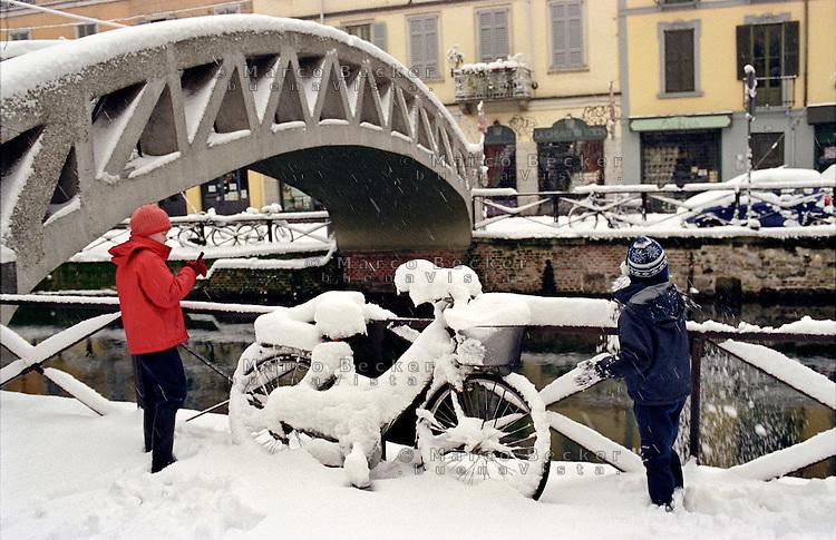 Gennaio 2009, nevicata su Milano. Bambini giocano al Naviglio Grande --- January 2009, snowfall in Milan. Children playing at The Naviglio Grande channel