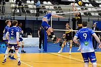 27-03-2021: Volleybal: Amysoft Lycurgus v Draisma Dynamo: Groningen Lycurgus speler Dennis Borst slaat de bal over het blok