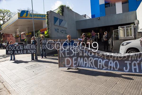 SÃO PAULO, SP, 15.08.2019: PROTESTO-SP - Um grupo de ativistas protestou, na manhã desta quinta-feira (15), contra a política adotada para a área ambiental pelo governo Bolsonaro (PSL). A manifestação ocorreu em frente a um hotel na Avenida Rebouças, no centro de São Paulo (SP), onde Ricardo Salles, ministro do Meio Ambiente, se reunia com colegas de ministério dos demais países que compõem o BRICS. (Foto: Mila Maluhy/Código19)