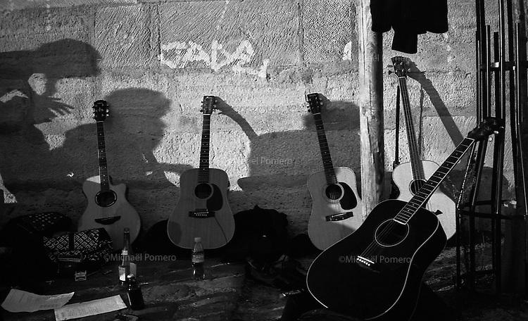 03.2009 <br /> <br /> Musicians playing near the seine river in saint louis island.<br /> <br /> Musiciens jouant sur les quais de seine sur l'île saint louis.