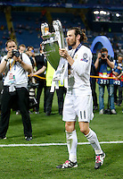 Calcio, finale di Champions League: Real Madrid vs Atletico Madrid. Stadio San Siro, Milano, 28 maggio 2016.<br /> Real Madrid's Gareth Bale kisses the Champions League trophy at the end of their final match against Atletico Madrid, at Milan's San Siro stadium, 28 May 2016. Real Madrid won 5-4 on penalties after the game ended 1-1.<br /> UPDATE IMAGES PRESS/Isabella Bonotto
