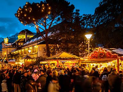 ITA, Italien, Sued-Tirol (Alto Adige), Meran: Weihnachtsmarkt auf der Passerpromenade vor dem Kurhaus (Jugenstil) | ITA, Italy, Alto Adige (South Tyrol), Merano: christmas market at Passer Promenade in front of Spa Building (Art Nouveau)