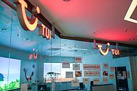 GERMANY, Hamburg, corona pandemic, closed TUI travel office / DEUTSCHLAND, Hamburg, Corona Pandemie, geschlossenes TUI Reisebüro im Mercado Altona, Wo geht es hin? Urlaub Sommer 2021, der reisekonzern TUI wurde mit Staatshilfen gestützt