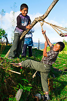 Kinder beim Spielen nahe Leymebamba, Provinz Amazonas, Peru, Südamerika
