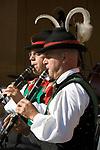 Italien, Suedtirol, bei Meran, Schenna: zwei Trachtler der Musikkapelle Schenna mit Klarinette | Italy, Alto Adige, South Tyrol, near Merano, Scena: two musicans in traditional costumes playing clarinet