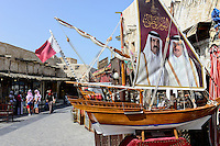 QATAR, Doha, Souq Waqif / KATAR, Doha, Basar Souk Wakif, Bildnis Emire auf Segel einer Miniatur Dhau, links Scheich Hamad bin Chalifa bin Hamad bin Abdullah bin Jassim bin Muhammed Al Thani war von 1995 bis 2013 das Staatsoberhaupt des Emirats Katar, rechts Scheich Tamim bin Hamad Al Thani ist seit 2013 Staatsoberhaupt des Emirats Katar.