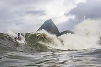 RJ. Rio de Janeiro. 22.04.2021 COTIDIANO Forte ressaca na cidade faz aparecer ondas na praia do Flamengo, Aterro do Flamengo, zona sul e surfistas aproveitam as boas condições para a pratica do surfe nesta quinta-feira (22). (Foto: Ellan Lustosa / Código 19).