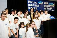 Des étudiants de l'école secondaire Saint-Henri avec Dany Bédar qui a annoncé le concert qu'il donnera au Parc Maisonneuve lors de la Marche Bell pour Jeunesse, J'écoute, le 6 mai prochain. (Groupe CNW/Jeunesse J'écoute)