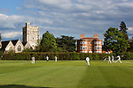 Great Britain, England, Berkshire, Bray-on-Thames: Game of cricket in front of St Michael's Church | Grossbritannien, England, Berkshire, Bray-on-Thames: Cricketspiel vor der Kirche St. Michael